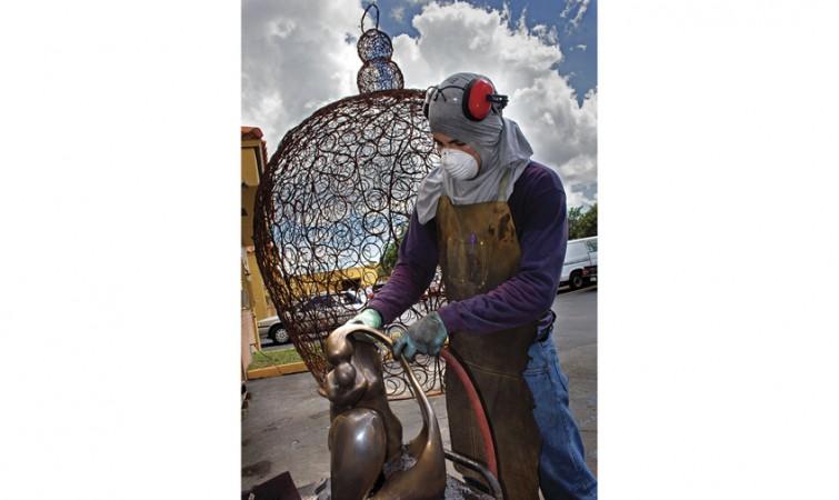Al-fondo-detras-del-operario-la-obra-monumental-El-nido-de-la-artista-colombiana-Gabriela-Molina-realizada-por-el-escultor-cubano-Mario-Almaguer