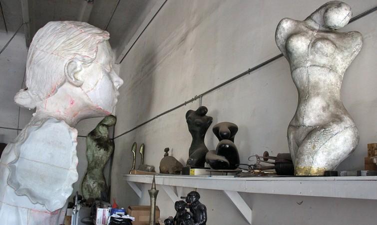 Izquierda-molde-de-un-gran-busto-del-escultor-cubano-Martinez-Celaya-a-la-derecha-sobre-la-repisa-esculturas-del-desaparecido-maestro-cubano-Manuel-Carbonell